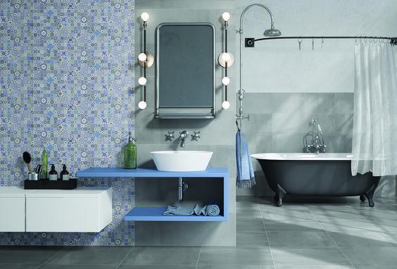 Łazienka w szarościach z niebieskimi motywami na ścianie