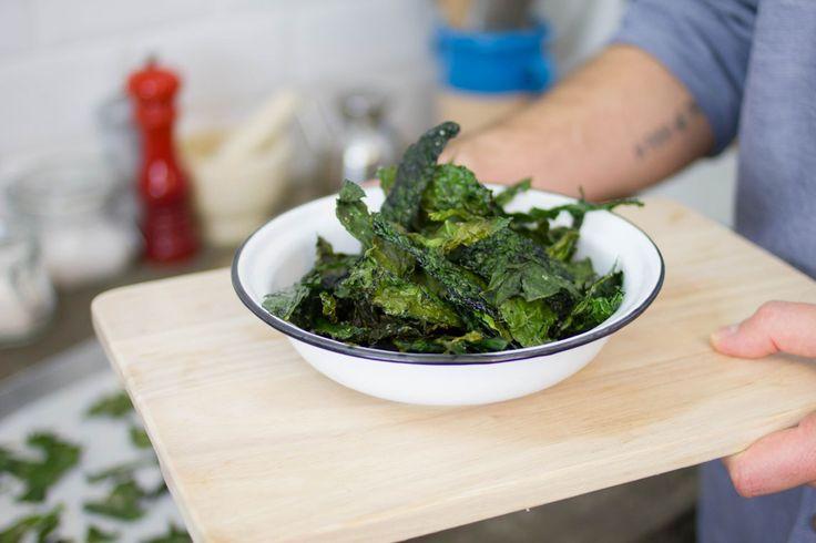 Oggi ti facciamo vedere come si fanno le chips di cavolo nero, famosissime nel mondo come Kale Chips. Prova anche la ricetta con il formaggio.