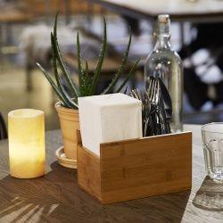 2 in 1 - Serviettenspender & zugleich Einsatz für den Duni Besteckkasten Bambus Multi. Der hochwertige Besteckkasteneinsatz aus robustem, nachhaltigem Bambus ist von Natur aus geruchsneutral und antibakteriell. Ein wahrer Alleskönner in der Gastronomie, Hotellerie, im Catering oder für Zuhause. In dem Besteckkasteneinsatz finden Servietten, Besteck, Öl und Essig oder Salz und Pfeffer ihren Platz - immer aufgeräumt und praktisch zu Transportieren.