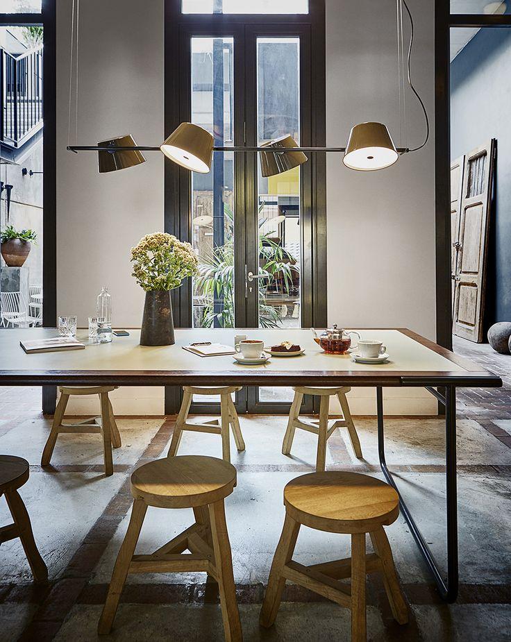 Au-dessus d'une table; un rail composé de 4 réflecteurs couleur moutarde