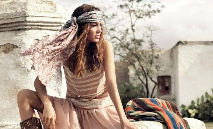 coiffure avec headband foulard pour cheveux et epaules robe longue et rose