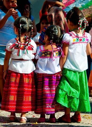 Niñas de México  Vestidas para una festividad folklorica.......(ACLARACION)     o tal vez el resto del mundo crea que aun vestimos asi los mexicanos.....