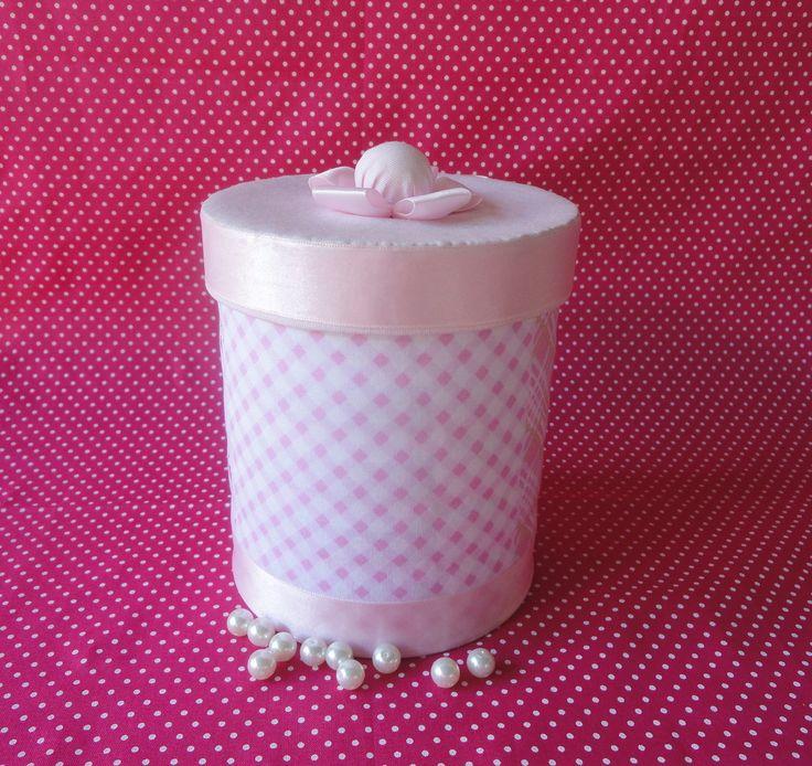 Lata decorada com tecido de algodão rosa, laço e fita. <br>Perfeita para o quarto da princesa ou para outro espaço da sua casa...pode ser utilizado para organizar e decorar com muito charme!