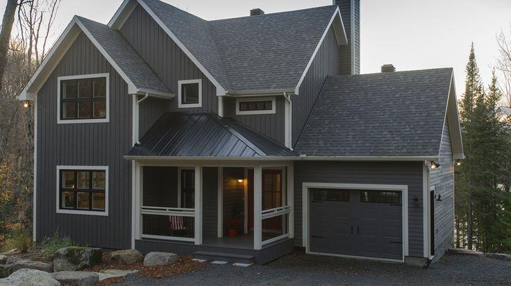 Maison écologique certifiée LEED & Novoclimat, située à Sainte-Adèle dans les Laurentides, gagnante d'un prix Domus en 2011, équipée de panneaux solaires.