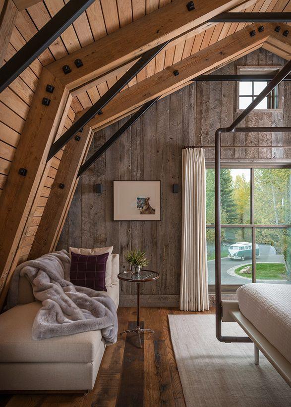 """""""The Barn"""" é uma conversão excepcional feita por Carney Logan Burke Architects, que combina detalhes rústicos e modernos para complementar a bela e natural paisagem. Situado na Cordilheira Teton de montanhas em Wyoming, esta casa única é coberta em madeira de celeiro recuperado e telhas de cedro, dando-lhe um estilo rústico, vintage. #celeiro #casaEspetacular"""