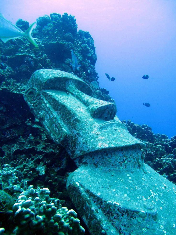 海の中のモアイ像