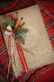 Μένη Ρογκότη - Χριστουγεννιάτικο βιβλίο ευχών ντυμένο με λινάτσα με χειροποίητη χριστουγεννιάτικη σύνθεση