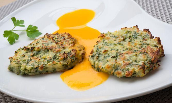 Tortitas de acelgas y queso con salsa de calabaza / 3 hojas de acelga. 400 gr de calabaza. 1 cebolleta. 1 huevo. 100 gr de queso rallado. 2 patatas. agua. aceite de oliva virgen extra. sal. pimienta. perejil (para decorar)