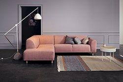 Das ist Hannah. Sie ist ein flexibles, modernes und bequemes Sofa mit weichen Linien und Kurven. Je nach Stimmung und Bedarf können Sie verschiedene Ausführungen wählen. Wenn Sie ihre Beine verändern, erhält sie gleich ein ganz anderes Aussehen, fast wie ein Chamäleon. Das ist also Hannah.