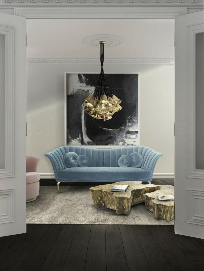muebles de salon, salón pequeño con sofá vintage de terciopelo azul, mesa de cafe de madera rústica, lámpara de araña dorada, cuadro blanco y negro