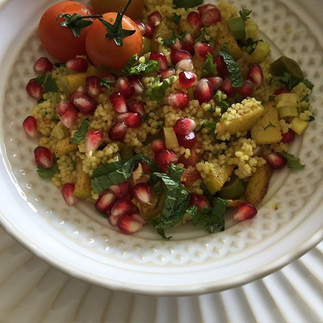 Hoje Há ida a Marrocos  cuscuz, maçã, romã, alho francês, tomate cherry, canela, caril, hortelã, sumo de laranja, azeite e... é tudo
