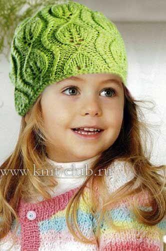 Зеленая вязаная шапочка для девочки на весну