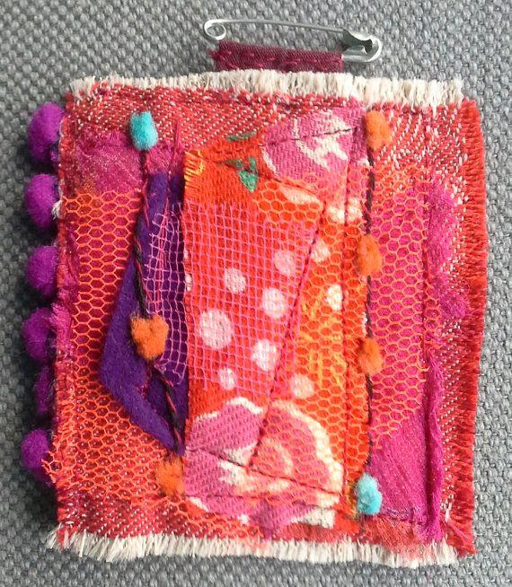 tableau textile suspendre sur un v tement couleurs par veronikb textile jewelry. Black Bedroom Furniture Sets. Home Design Ideas