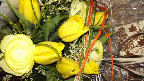 Überraschung zum Hochzeitstag:  http://www.tarisa.de/highlights-of-the-week-hochzeitstag/  #blumen #überraschung #blumenstrauss #pralinen #hochzeitstag #tulpen #ranunkeln
