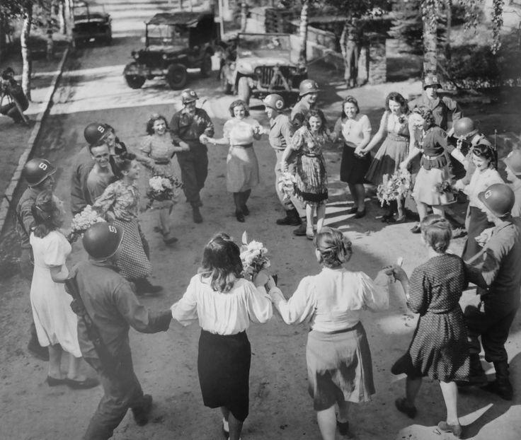 Фото: Американские солдаты и освобожденные подневольные работницы танцуют на улице Кельна