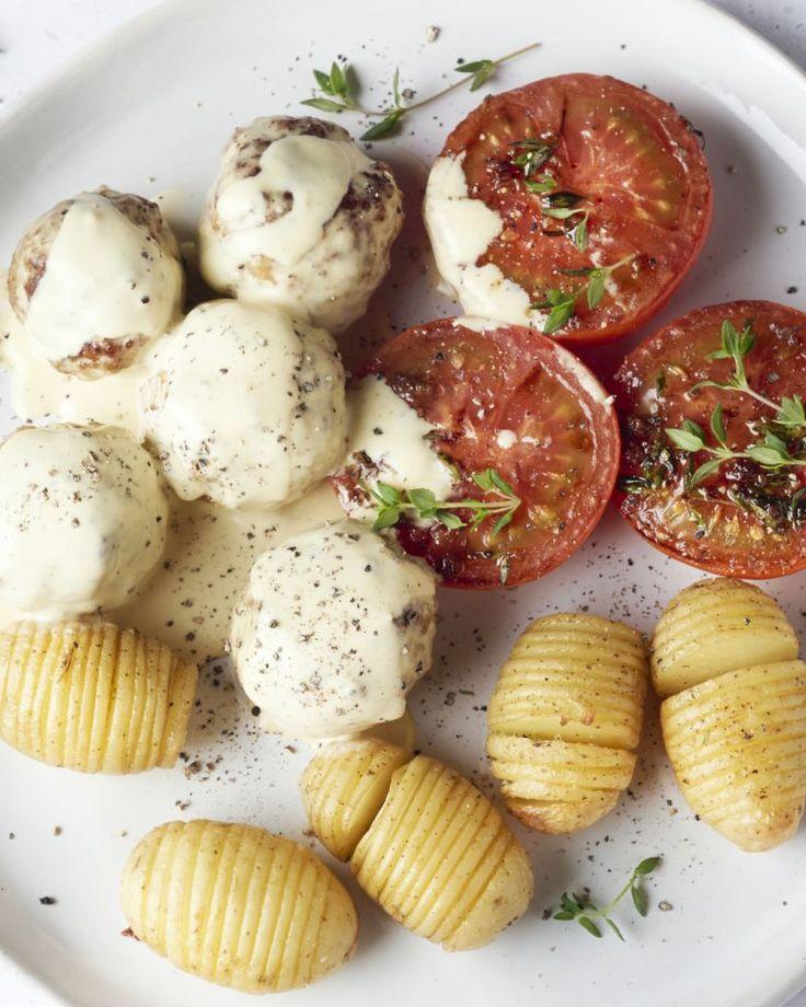 Gehaktballetjes in een heerlijke romige mosterdsaus met originele geroosterde tomaten bij en schattige hasselback aardappeltjes. Dit moet je proeven!