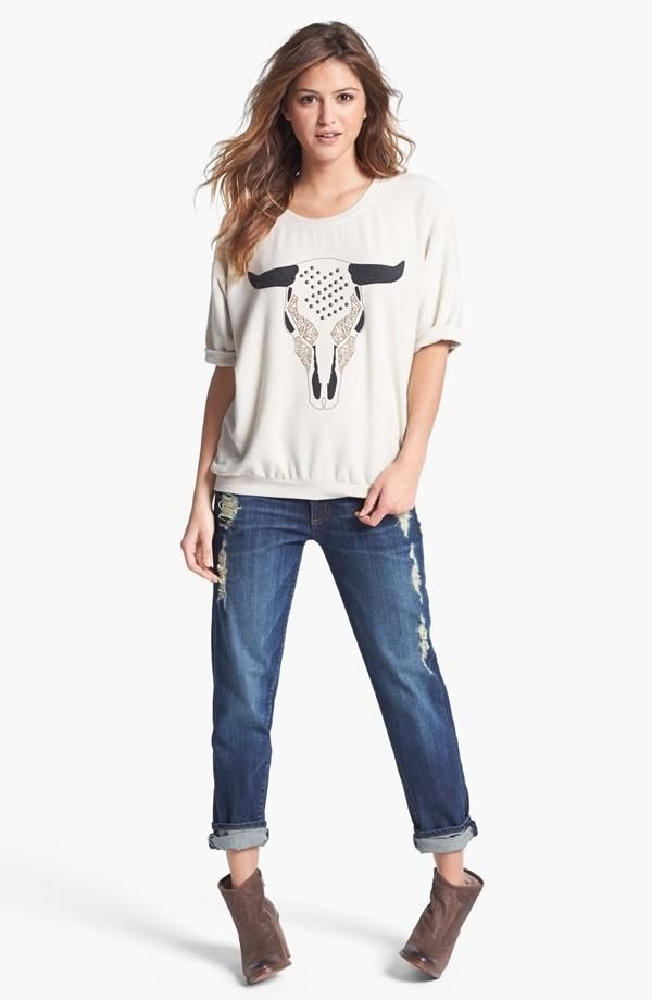 Casual denim look: Rolled jeans & cuffed sweatshirt top with western ankle booties.