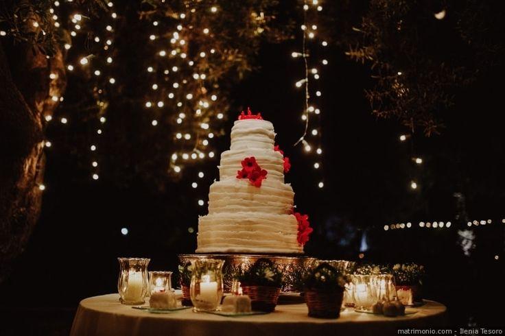 """Torte nuziali con effetto """"Ruffle cake"""" bianca con fiori rossi"""