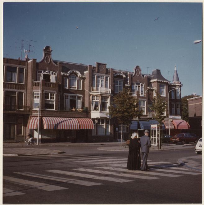 Willem de Zwijgerlaan hoek Van Boetzelaerlaan. Een Schevenings echtpaar wandelt in de richting van de Frederik Hendriklaan. ca 1970 ASC Schüller #ZuidHolland #Scheveningen