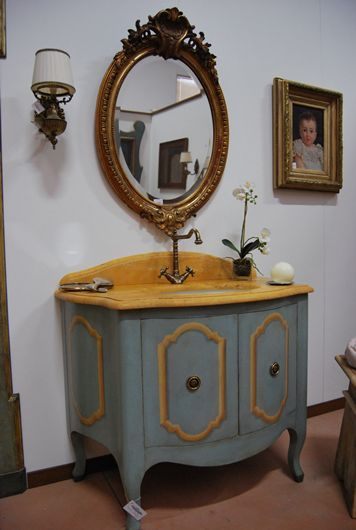 Riproduzione di un mobile da bagno in stile Luigi XV dal nostro catalogo di mobili antichi, dipinti, rustici e country. Visita il sito internet!