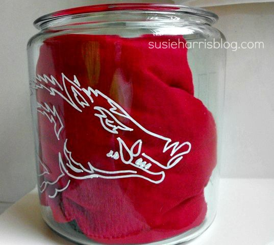 How to paint a Razorback on a glass jar.