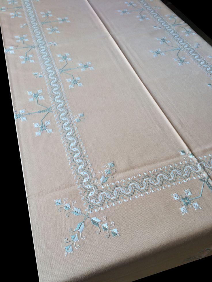Mantel de Lagartera Bordado A MANO sobre tela de color beige o salmon, con un diseño de ondas y flores. Puedes comprar este mantel en  http://www.lagarterana.com/