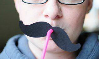 Festlig ide - sugerør med overskæg.