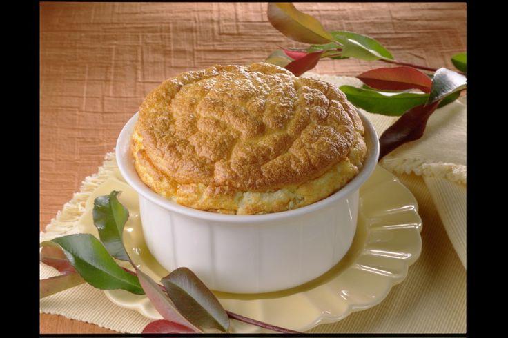 Préchauffez votre four Th.6 (180°C). Préparez la purée Mousline selon le mode d'emploi. Séparez les jaunes des blancs d'œufs et ajoutez les jaunes à la purée tiède. Ajoutez le gruyère râpé. Montez les blancs d'œufs en neige très ferme puis incorporez-les délicatement à la préparation précédente. Remplissez le moule beurré, faites cuire 45 minutes environ et servez aussitôt.