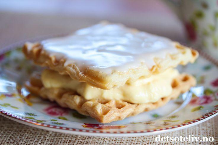 """Alle kjenner vel til Napoleonskake - men har du tenkt på hvor enkelt du kan lage """"Napoleonshjerte"""" ved hjelp av et vaffeljern!? Det eneste du trenger å gjøre er å steke ferdigkjøpte butterdeigsplater i vaffeljernet og så fylleplatene med vaniljekrem. Litt melisglasur på toppen, og du har en lekker porsjonskake klar på bare noen minutter!  Tipset har jeg fått fra det supre oppskriftsheftet til Wilfa, som fulgte med vaffeljernet Hjerte Stor Piip som de har latt meg få teste ut."""