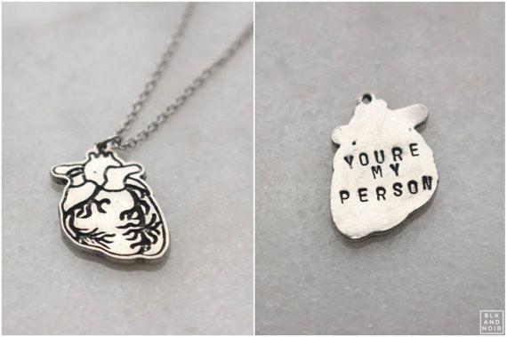 Eres mi collar de corazón de la persona -Collar corazón humano Anatomía -Viene en acero inoxidable cadena -Medidas 18 pulgadas - 20 pulgadas de cadena -Grabado con usted es mi persona como un ejemplo -Sin embargo, esto es solo muestra de cita. Usted puede conseguir cualquier cosa que