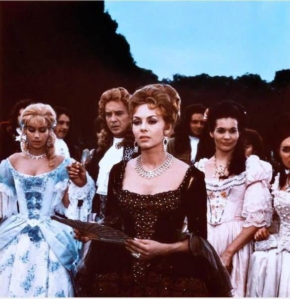 Beim Spaziergang des Königs entging niemand die Veränderung, die mit Madame du Plessis-Bellière vorgegangen war. Etwas Strahlendes ging von ihr aus. An ihrer Haltung und in der stolzen Art, wie sie den Kopf zurückwarf, verriet sich eine fast beängstigende Kraft. Die Empfindung, die Madame de Montespan verspürt hatte, teilte sich allen mit.