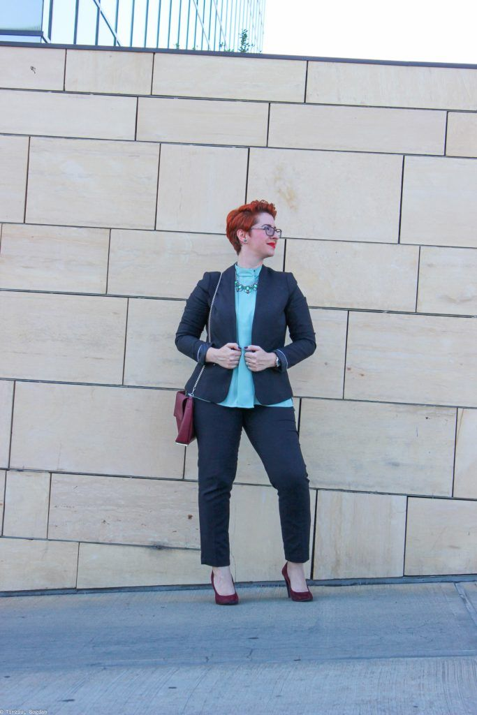 The #blacksuite worn with a green blouse in the office #plussizefashion