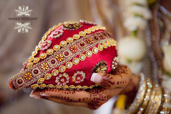 Google Afbeeldingen resultaat voor http://www.hannalee.co.za/wp-content/uploads/2010/02/Decorated-Coconut-Indian-Wedding.jpg