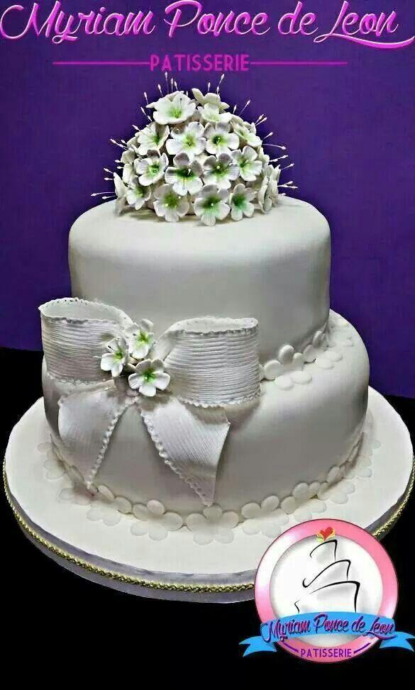 Cake de bodas con moño e importante bouquet de flores de azucar