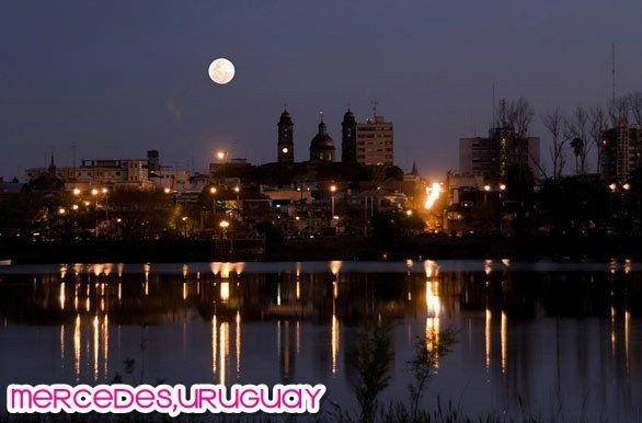 Ciudad de Mercedes,Soriano , Uruguay. Vista nocturna sobre el Rio Negro.