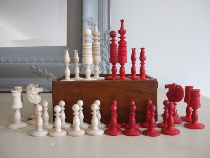 Boxed COMPLETE SET Of 19thC ANTIQUE Carved Cow Bone CHESS PIECES, Red U0026  White.