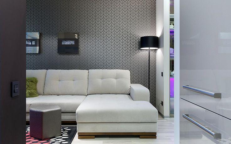 <p>Автор проекта: Дмитрий Мудрогеленко Фотограф: Иван Сорокин</p> <p>Обои с мелким геометрическим орнаментом создали эффектный фон для белого дивана и черного торшера.</p>