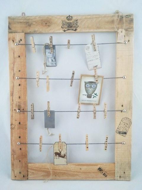 Handig en mooi sloophouten frame voor kaarten, foto`s, etc. Om op te hangen.Inclusief wasknijpers met tekst. Afmetingen: 56b x 76h € 22,50