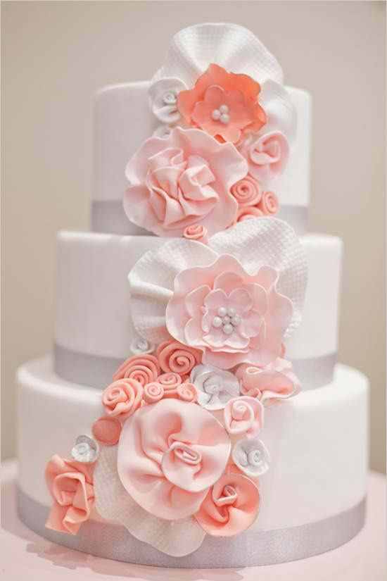 Lovely wedding cake with peach-colored flower icings..: Pink Flowers, Cakes Ideas, Color, Peaches Wedding, Cakes Recipes, Flowers Cakes, Cakes Wedding, White Wedding Cakes, Weddingcak