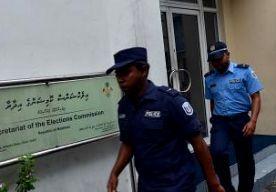 19-Oct-2013 11:08 - POLITIE STOPT VERKIEZINGEN MALDIVEN. De politie op de Maldiven heeft verhinderd dat de voor vandaag geplande presidentsverkiezingen konden worden gehouden. Volgens de politie voldeden de verkiezingen niet aan een uitspraak van het hooggerechtshof. De verkiezingen waren controversieel. In september gingen de inwoners ook al naar de stembus, maar die resultaten werden ongeldig verklaard vanwege onregelmatigheden. Er zouden stemmen geteld zijn van dode en fictieve...