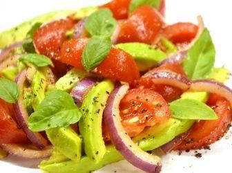 Avokádósaláta recept: A guacamole-n kívül is létezik az avokádónak felhasználási módja. Az egyik legegyszerűbb és egyik legfinomabb is egyben ez a paradicsomos avokádósaláta, amivel egy kis nyarat lehet csempészni az őszbe is! :)