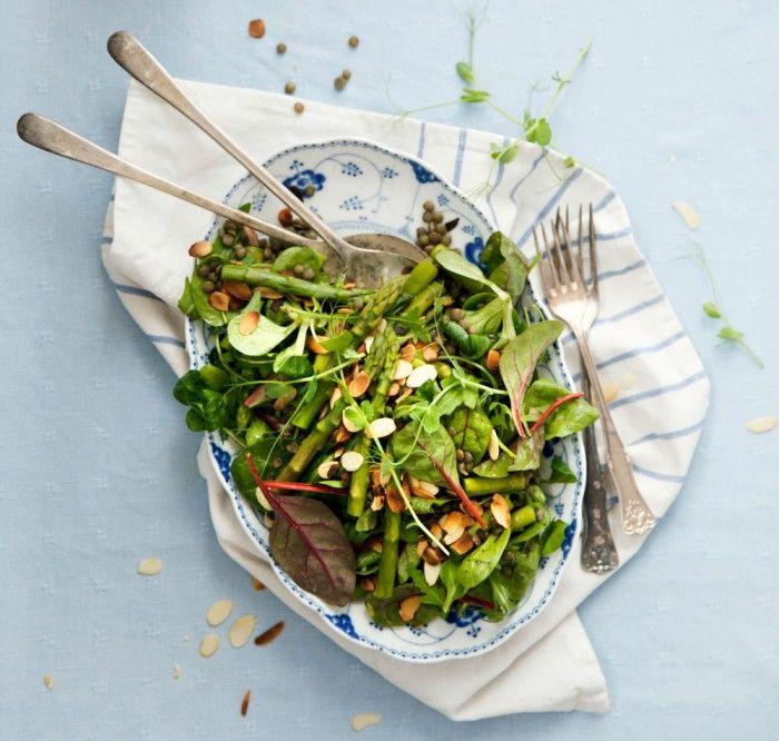 Puylinser, sparris och rasmlök samsas i denna lyxiga sallad.