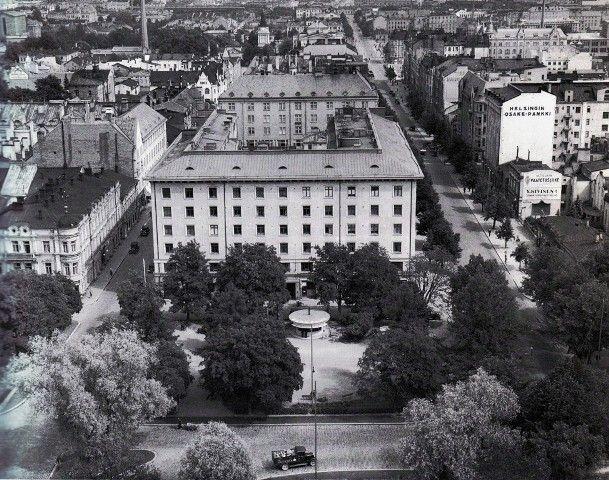 Tuulensuun liike- ja asuinrakennus juuri valmistunut 1920-luvulla, jonka klassista tyyliä julkisivut edustavat - kuvasi Bertel Strömmer kirkon tornista. Hämeenkadun päässä näkyy vielä vanha rautatieasema.