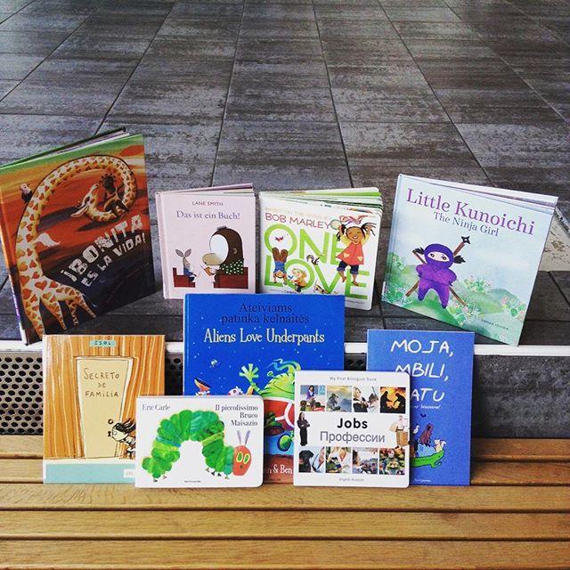 Snart reiser desse og bøker på meir enn 20 andre språk ut i barnehagane i indre Laksevåg. #bergenskelesefrø er snart ein realitet! #laksevåg #lesefrø #bergenoffentligebibliotek #loddefjordbibliotek #bibliotek #barnehage