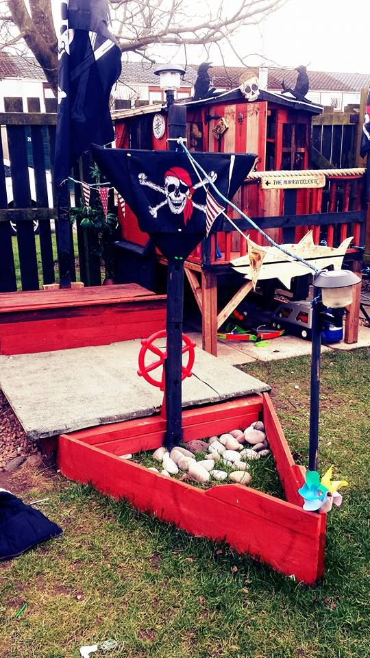 #Garden, #Kids, #PalletPlayArea, #PalletSandPit, #PirateShip, #RecyclingWoodPallets This simple Pallet Pirate Ship Sand Pit is easy to make and would be a wonderful place to let a child's imagination run wild! I made this pirate ship from found wood, an old washing line, a pillow case and some nails and screws.  Pallet Pirate