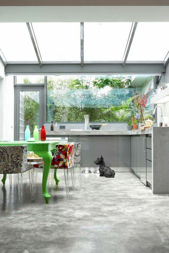 cuisine avec verrière, sol en béton ciré gris et meubles de cuisine ...
