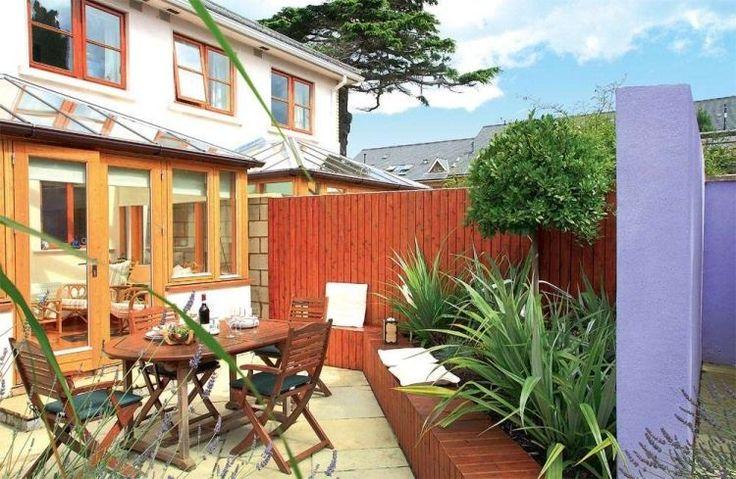 coin repas et petit jardin sur la terrasse extérieure