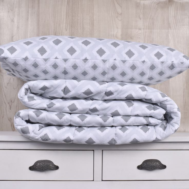Edredón de 200 hilos, diseño Ikat gris. Contiene un edredón y sus fundas de almohadas correspondientes. Colección Indira.