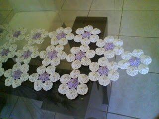 Essa corajosa obra é da minha mãe, que bravamente fez dezenas de fuxicos de corino ( material que imita couro) que unidos formaram esse lind...