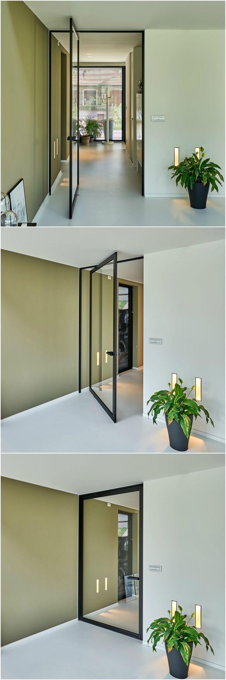 """Moderne """"stalen deur"""" Steel Look van Anyway met pivoterende scharnieren zonder inbouwelementen in de vloer. #pivotdeur #stalendeur"""